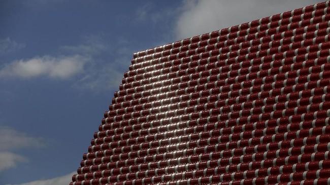 Namun 'piramida' itu tak terbuat dari batu seperti di Mesir, melainkan tong-tong plastik yang diikat jadi satu. Warnanya bahkan atraktif: merah, jambon dan biru. (REUTERS/Simon Dawson)
