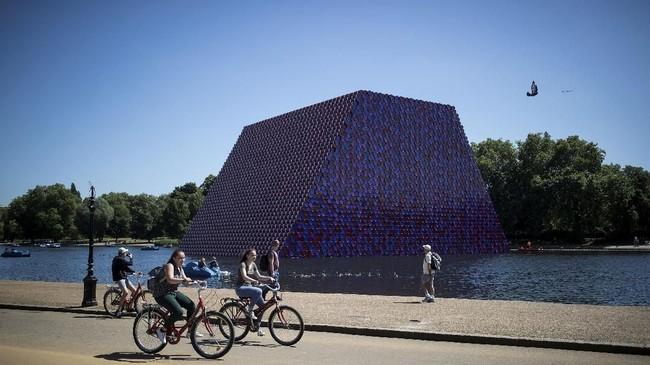 'The London Mastaba,' ia menamai 'piramida' itu. Instalasi itu akan menjadi bagian dari Hyde Park sampai tiga bulan ke depan. (REUTERS/Simon Dawson)