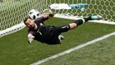 Kiper timnas Portugal Rui Patricio tampil brilian pada laga ini. Kiper Wolverhampton Wanderers itu melakukan sejumlah penyelamatan gemilang untuk mengamankan gawangnya dari kebobolan. ( REUTERS/Christian Hartmann)