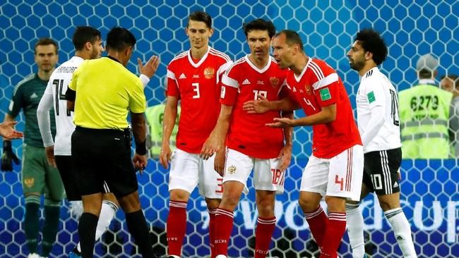 Timnas Mesir mendapat hadiah penalti setelah wasit Enrique Caceres melihat VAR. Sebelumnya ia tak menganggap penalti setelah Mohamed Salah dijatuhkan oleh Roman Zobnin di dalam kotak penalti Rusia. (REUTERS/Fabrizio Bensch)
