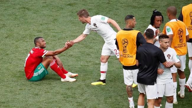 Gelandang timnas Portugal Adrien Silva memberikan dukungan moral kepada pemain Maroko Ayoub El Kaabiseusai laga. Pemandangan indah yang menjunjung sportivitas.(REUTERS/Christian Hartmann)
