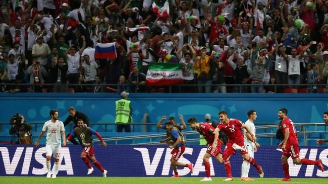 Para pemain Iran dan suporter mereka sempat berselebrasi setelah Saeid Ezatolahi mencetak gol ke gawang Spanyol. Belakangan gol itu dibatalkan karena ada pemain Iran yang lebih dulu offside. (REUTERS/Sergio Perez)