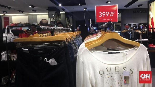 Kenaikan harga juga kemungkinan terjadi pada sejumlah produk tekstil yang bahan bakunya masih impor. Selain pelemahan rupiah, sejumlah produk tekstik juga mengalami kenaikan pajak impor. (CNN Indonesia/Dinda Audriene).