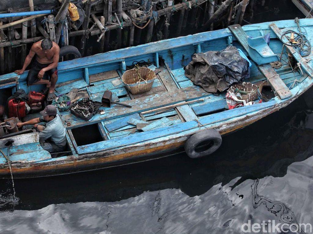 Seperti ini salah satunya. Salah seorang nelayan tampak sedang memperbaiki mesin kapalnya.