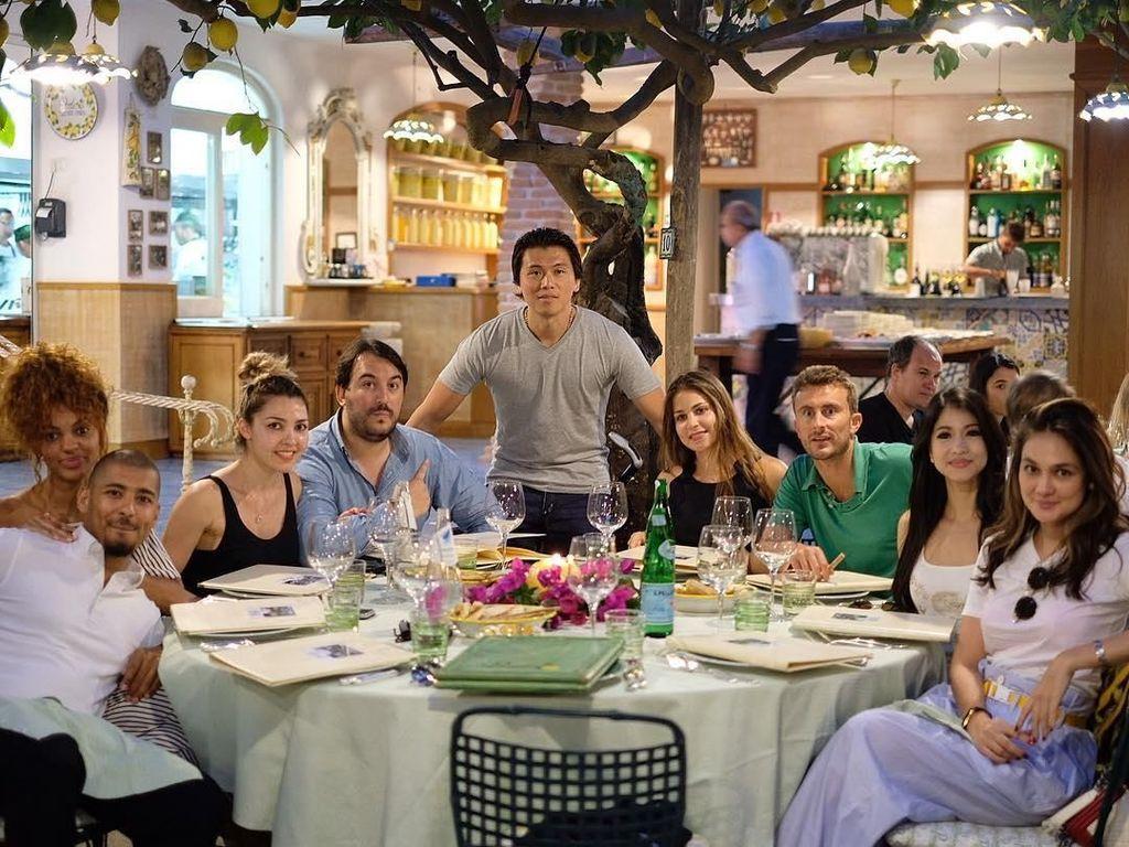 Sering ke luar negeri, ini momen Reino saat pertengahan tahun lalu merayakan ulang tahunnya di Italia. Nampak ada Luna Maya dalam foto. Foto: Instagram reinobarack