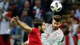 Bek Spanyol Gerard Pique (kanan) menghalau aksi Karim Ansasarifard. Pertandingan itu merupakan caps ke-100 Pique bersama timnas Spanyol. (REUTERS/Toru Hanai)