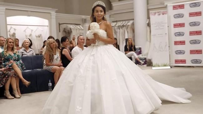 FOTO: Uniknya Kontes Gaun Pengantin dari Tisu Toilet