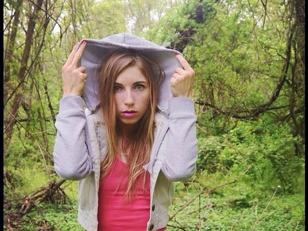 Lindsay dalam balutan jaket bertudung. Foto: Instagram/lsjourney