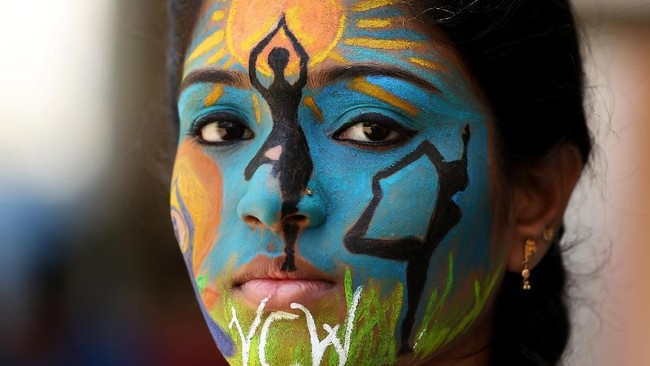 Di Chennai, India, perayaan Hari Yoga Internasional juga diikuti oleh para mahasiswa. Mereka mengecat wajahnya untuk memeriahkan Hari Yoga yang jatuh pada Kamis (21/6).(REUTERS/P.Ravikumar)