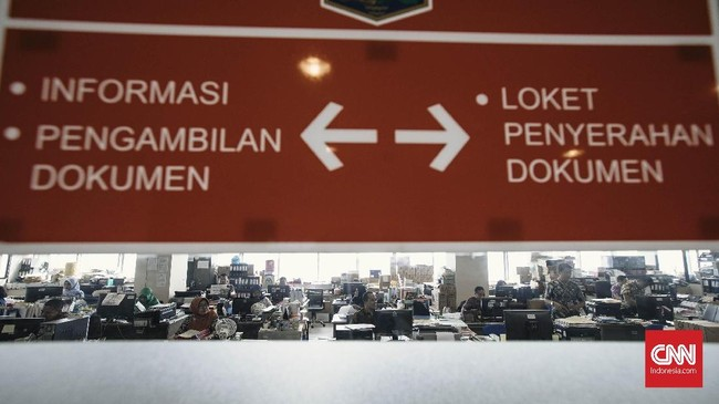 Usai halal bihalal, Pegawai Negeri Sipil (PNS) Pemprov DKI Jakarta langsung bekerja untuk melayani warga. (CNN Indonesia/Adhi Wicaksono)