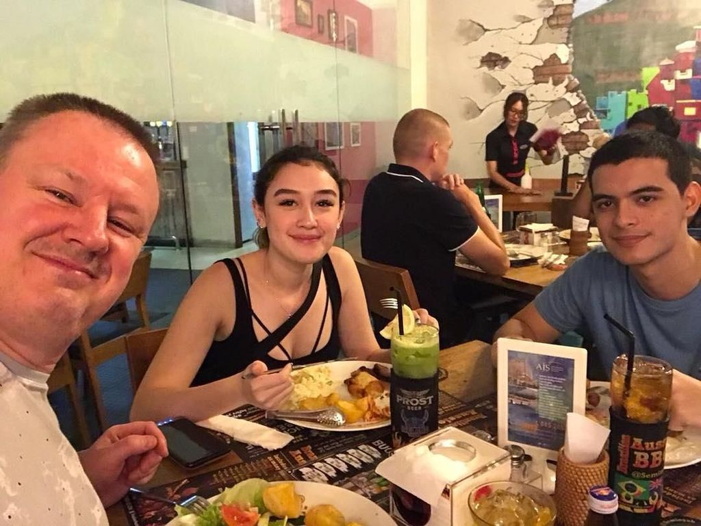 Sudah dekat dengan Ayah Natasha, Cio akrab makan siang bersama dengan Natasha dan Sang Ayah ketika sedang berlibur di Bali. Foto: Instagram @ciomanassero