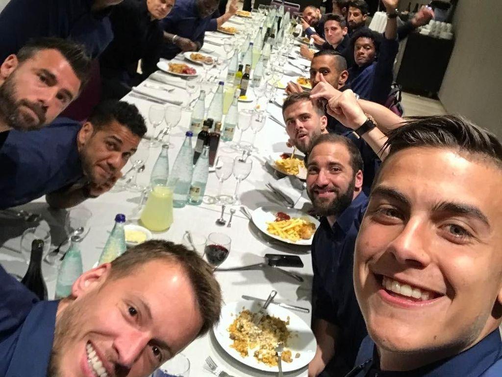 Di Barcelona, Dybala makan bersama teman-teman satu timnya. Saat wefie, wajahnya paling besar tuh, hihihi... Foto: Instagram paulodybala