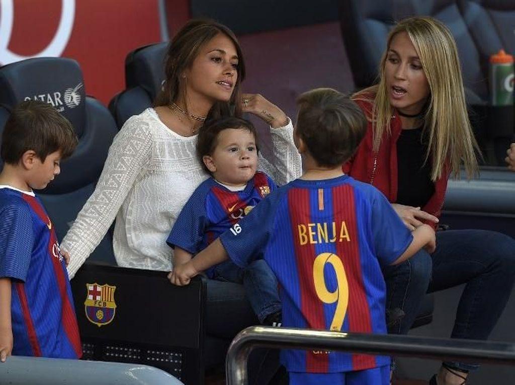 Suarez sekaligus mengatakan ada momen lain yang juga amat membahagiakan. Istrinya, Sofia tengah hamil anak ketiga. So, sweet ya! (LLUIS GENE/AFP)