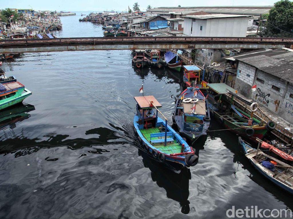Melihat kehidupan para nelayan di Kampung Nelayan Cilincing ini pun juga menjadi destinasi wisata yang menarik. Wisatawan dapat melihat beraneka ragam kapal nelayan berwarna-warni dan melihat berbagai kegiatan nelayan mempersiapkan kapal untuk melaut.