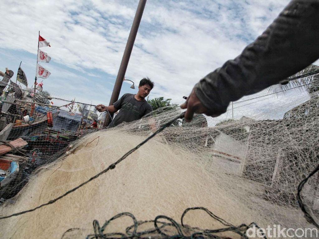 Setelah libur lebaran selama satu minggu, nelayan di Cilincing mulai beraktivitas kembali sejak Senin (18/6/2018). Salah satunya kedua orang nelayan ini yang sedang mempersiapkan jala untuk mencari ikan dan hewan laut lainnya.