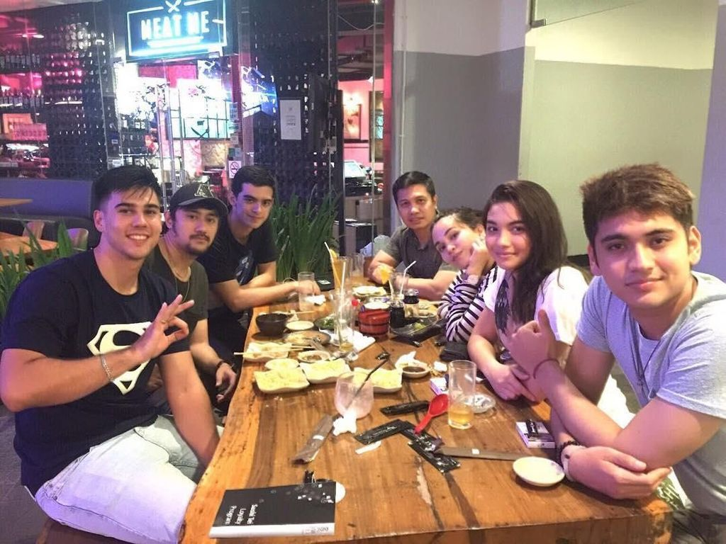 Bersama teman-temannya, Cio asyik mengobrol sambil makan malam bersama. Foto: Instagram @ciomanassero