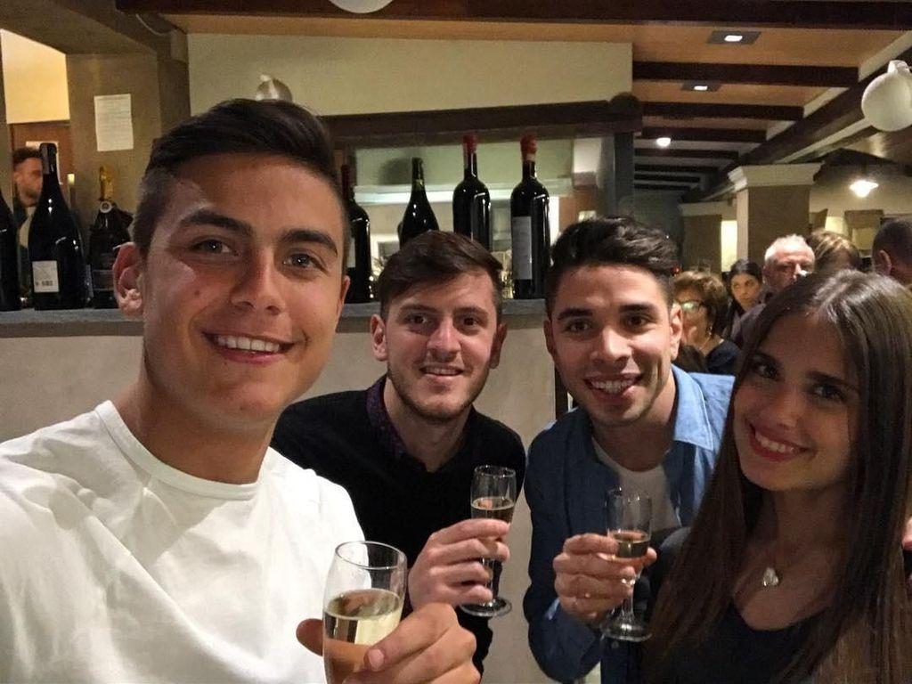 Tahun ini Dybala ikut memperkuat tim Argentina di Piala Dunia. Ini pose Dybala bersama ketiga temannya sambil memegang gelas champagne. Foto: Instagram paulodybala