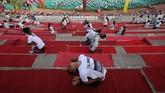 Bukan hanya perempuan, yoga juga diminati oleh kaum laki-laki, seperti yang dipraktikkan sejumlah masyarakat di Ahmedabad ini. (REUTERS/Amit Dave)