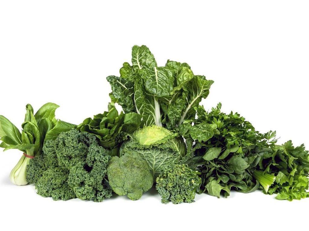 Sayuran hijau seperti bayam, selada dan kale mengandung magnesium dan vitamin A yang ampuh menurunkan kadar gula darah. Jadi perbanyak makan sayuran ya! Foto: Istock