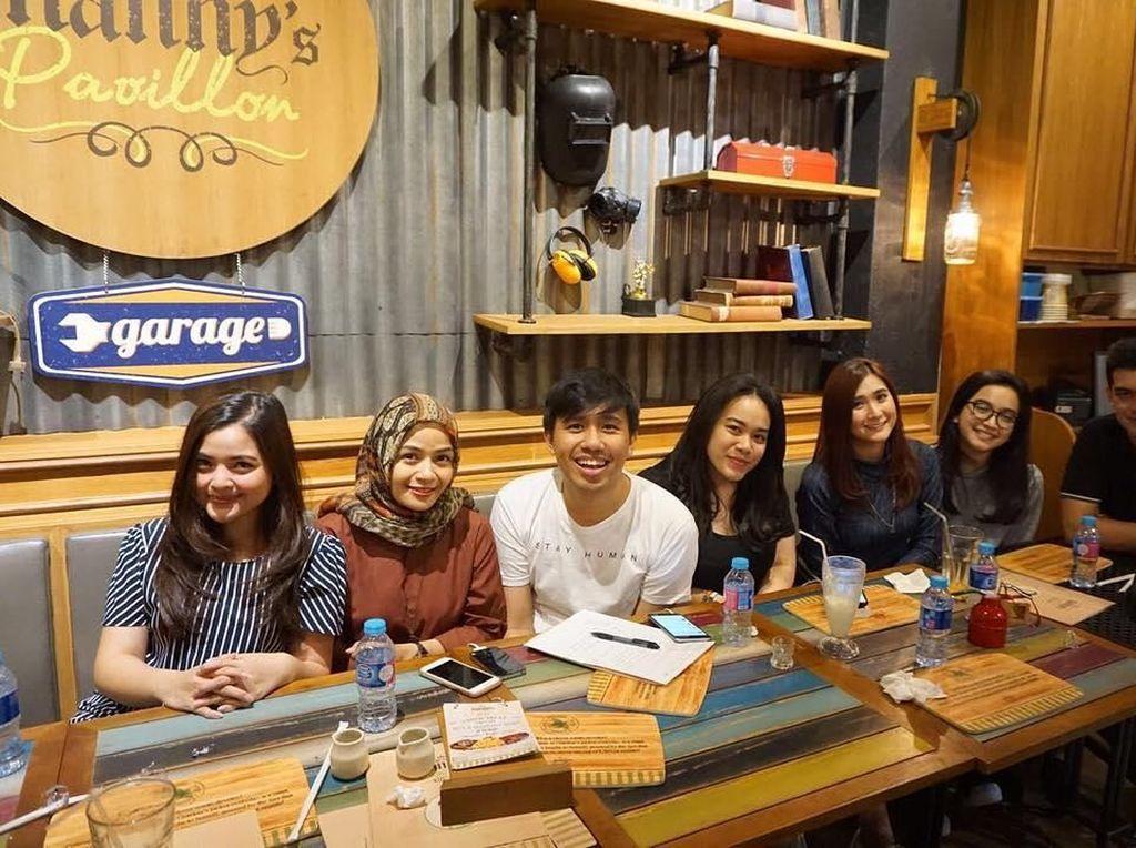Berkumpul sambil menikmati pancake, dengan sesama artis cilik lainnya untuk membicarakan perkembangan lagu anak-anak. Foto: Instagram @ciomanassero