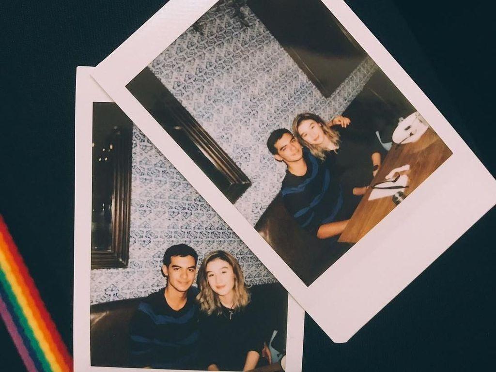 Pemain film berusia 22 tahun ini, kerap menunjukkan kemesraannya dengan Natasha Ryder. Makan malam jadi cara Cio dan Natasha menghabiskan waktu luang bersama. Foto: Instagram @ciomanassero