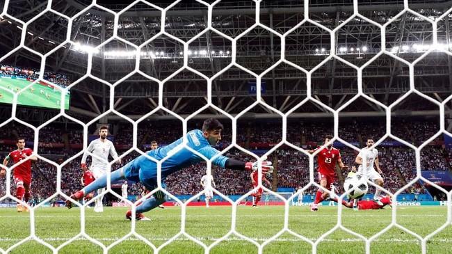 Striker Diego Costa akhirnya memecah kebuntuan untuk timnas Spanyol setelah mencetak gol pada menit ke-23 memanfaatkan kesalahan bek Iran. (REUTERS/Sergio Perez)