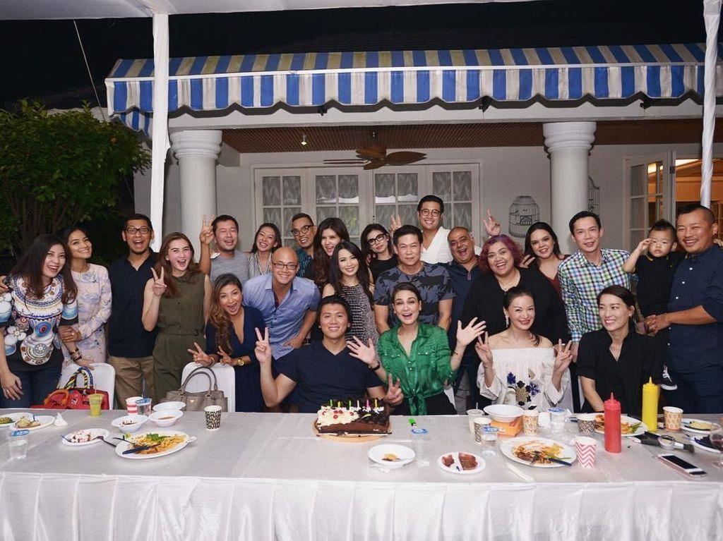 Perayaan ulang tahun Reino makin meriah dengan makan bersama teman-teman. Foto: Instagram reinobarack