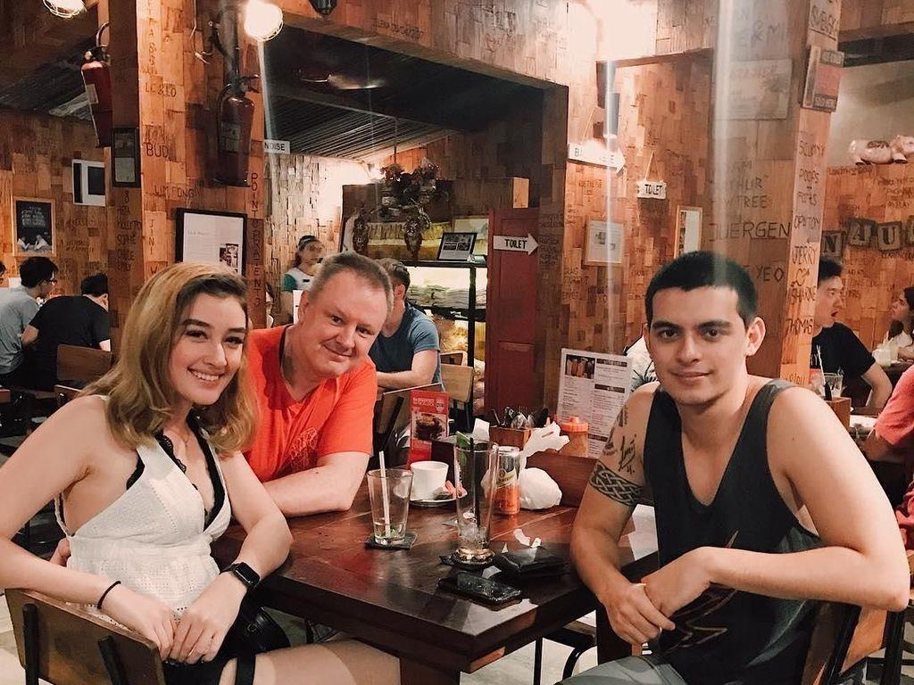 Bersama dengan Natasha dan Ayahnya, Cio kembali makan malam bersama di dengan sajian BBQ di sebuah restoran di Seminyak, Bali. Foto: Instagram @ciomanassero