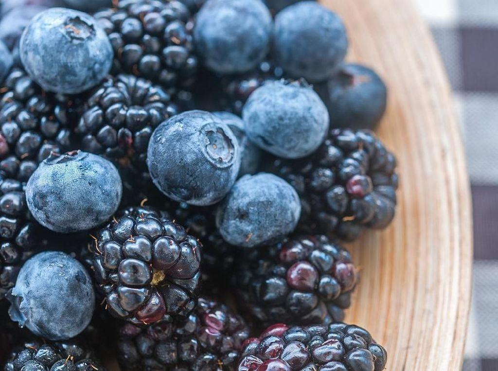 Blueberry dan blackberry termasuk buah yang tidak menaikkan gula darah. Buah ini tinggi serat dan menghambat enzim pencernaan tertentu sehingga mencegah terjadinya lonjakan gula darah. Foto: Istock