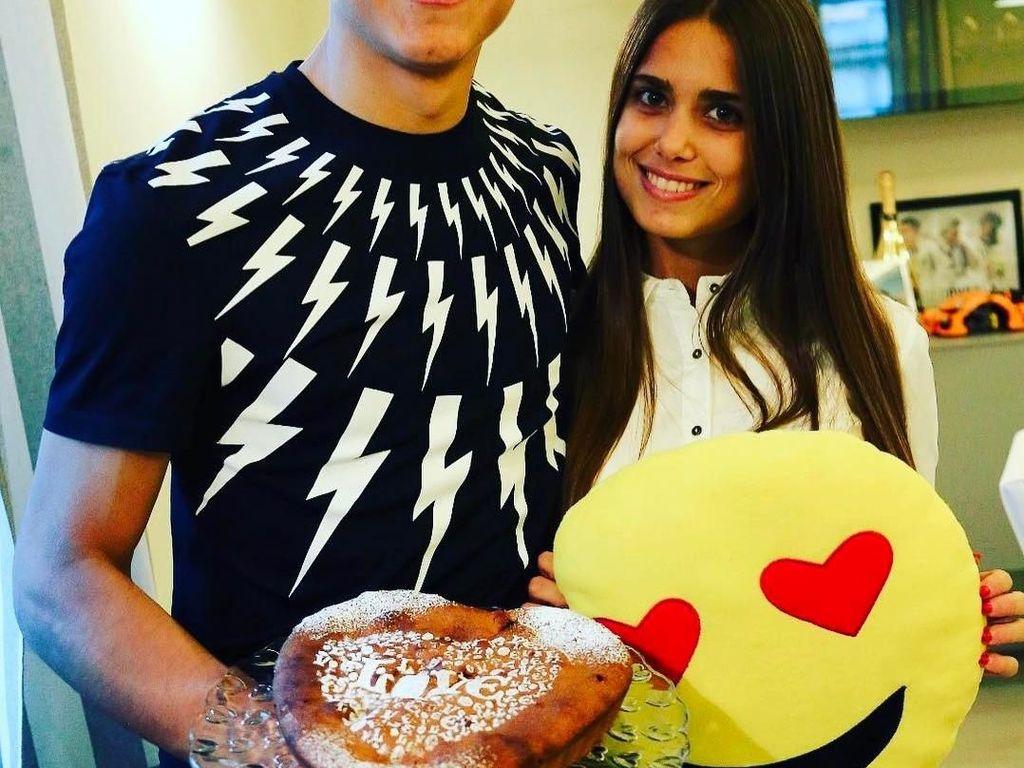 Di umur 24 tahun, karir sepak bola Dybala terbilang cemerlang. Saat Valentine, Dybala berpose romantis bersama kekasihnya sambil membawa kue bertuliskan Love. So sweet! Foto: Instagram paulodybala