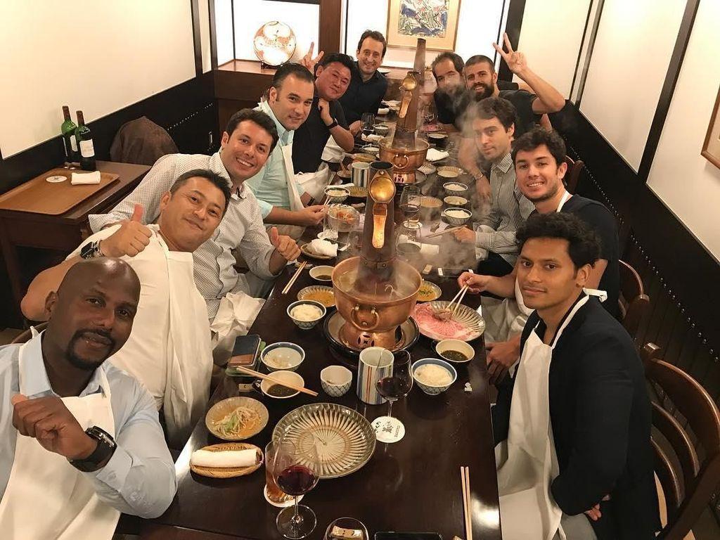 Makan malam dengan steamboat bergaya Jepang. Pria berusia 31 tahun ini makan-makan bersama dengan teman baiknya. Foto: Instagram @3gerardpique