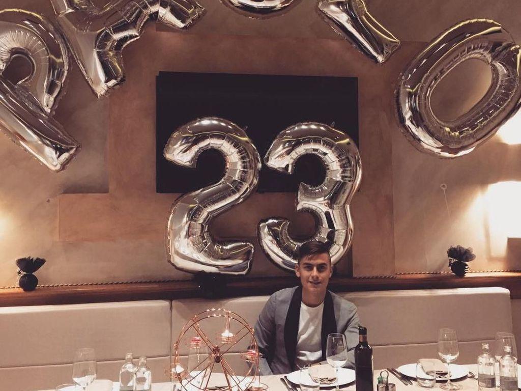Ini adalah momen perayaan ulang tahun Dybala ke-23. Dilengkapi balon bertuliskan nama dan umurnya, Dybala menikmati makan malam bersama orang-orang terdekatnya di sebuah restoran. Foto: Instagram paulodybala