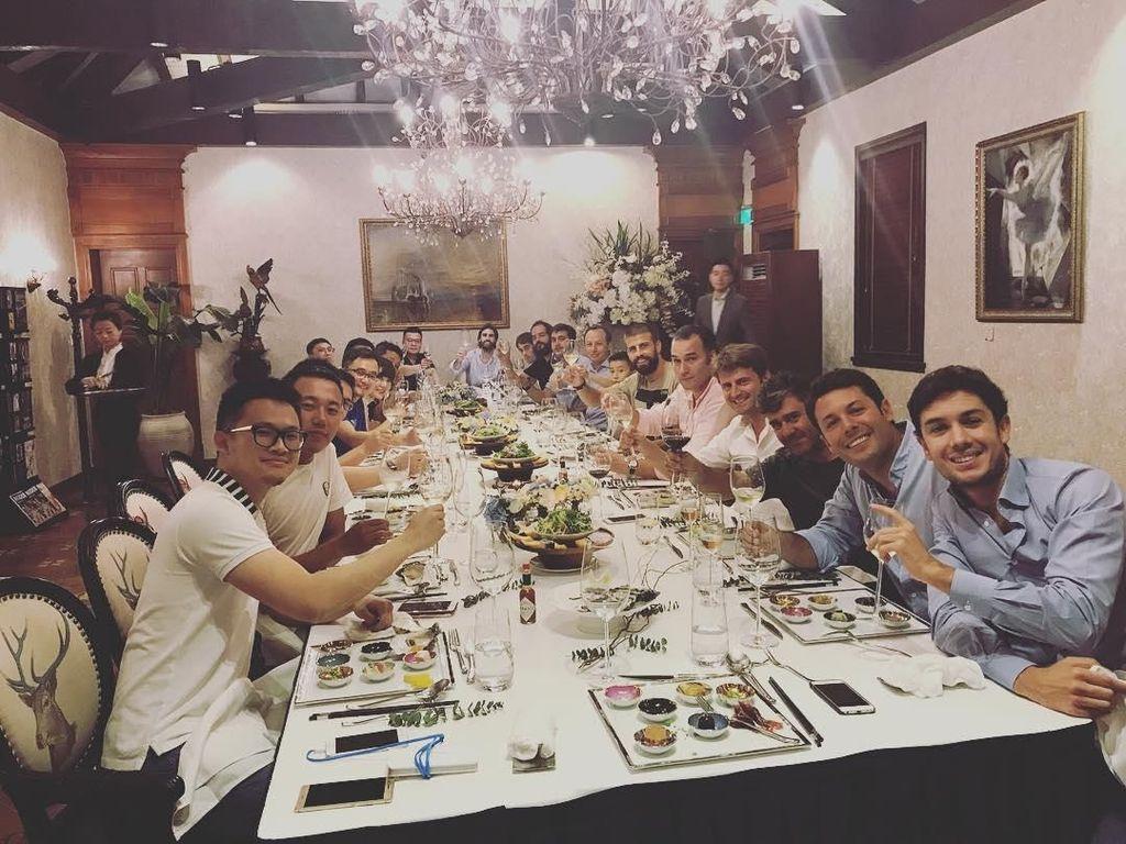 Menikmati makan mewah, Pique bersama dengan teman-teman di Shanghai mencicip makanan lezat. Yummy! Foto: Instagram @3gerardpique