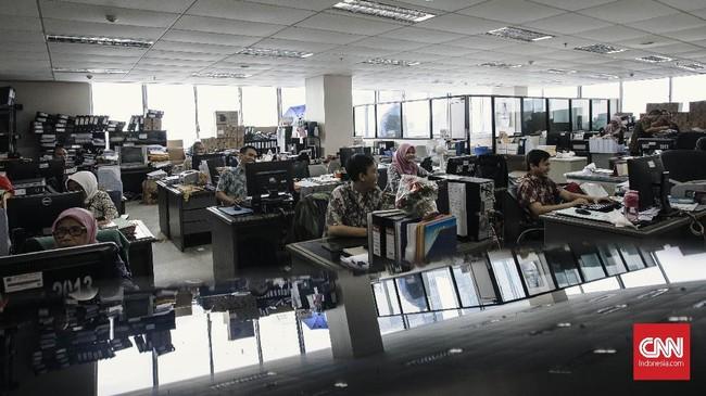Pemprov DKI Jakarta mengancam tidak memberikan tunjangan bagi PNS yang membolos di hari pertama bekerja usai libur lebaran ini.(CNN Indonesia/Adhi Wicaksono)