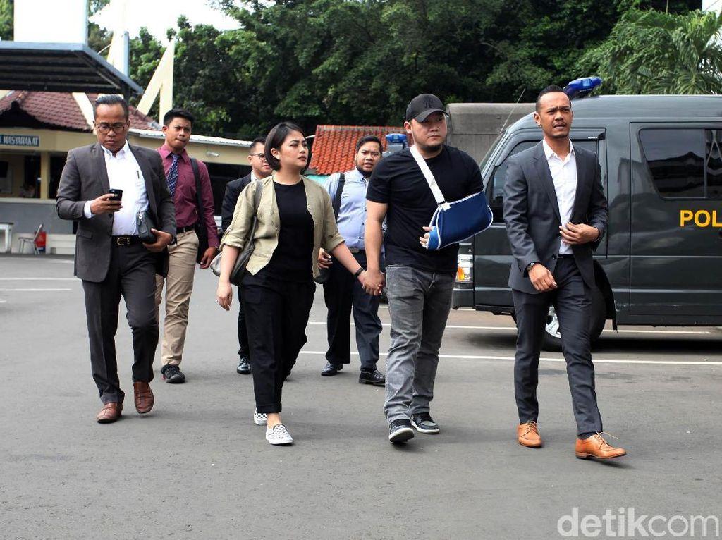 Ronny Yuniarto terlihat mengenakan arm sling tiba di Mapolres Jakarta Selatan bersama istrinya Iris Ayuningtias Ganda dan kuasa hukumnya. Mereka melaporkan anggota Komisi III DPR RI Herman Hery atas tuduhan pengeroyokan.(Foto: Lamhot Aritonang)