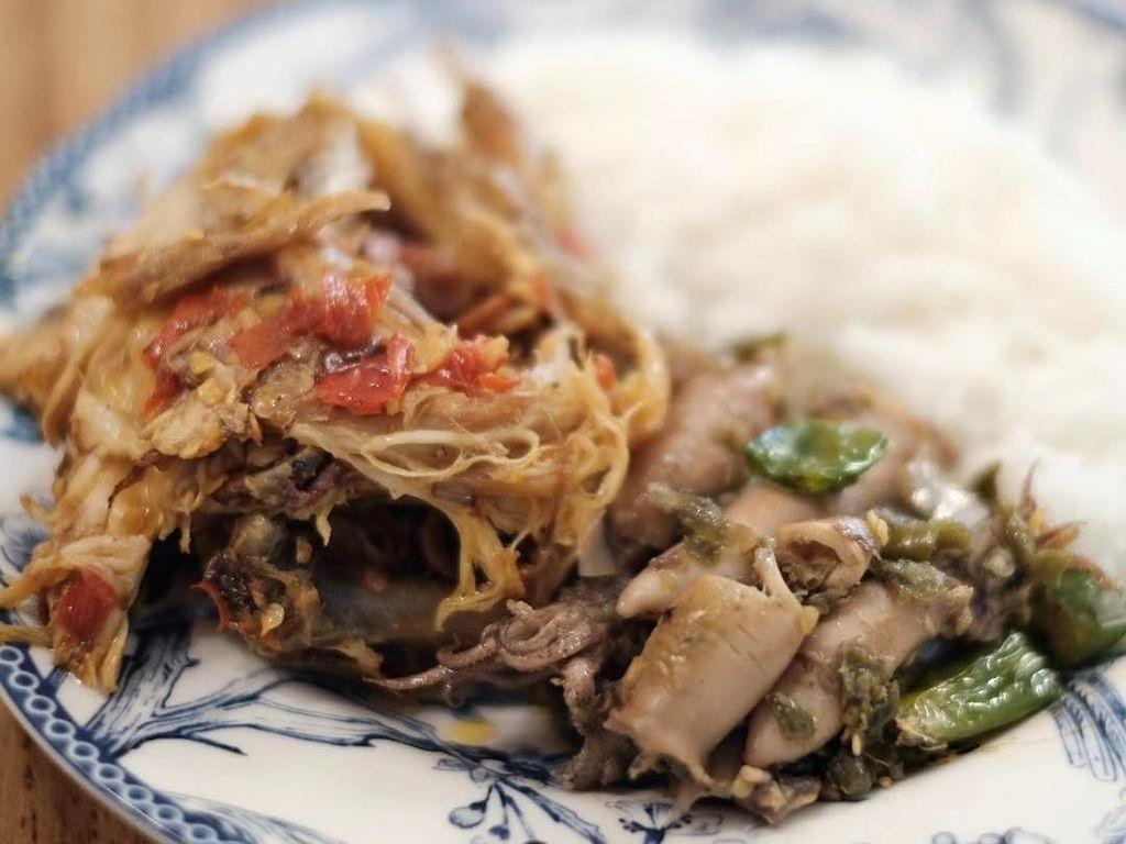Pria 33 tahun ini juga suka makanan tradisional Indonesia lho. Reino mencicip nasi hangat dengan paduan suwiran ayam pedas dan cumi cabe ijo buatan resto temannya, Titi Kamal. Foto: Instagram reinobarack