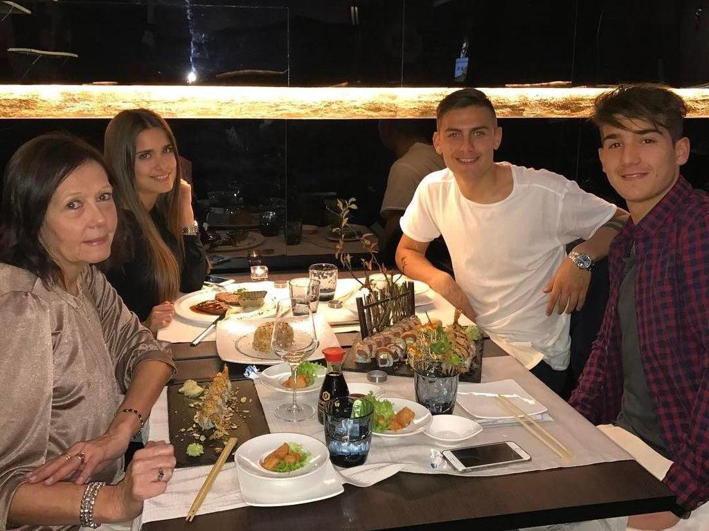 Dybala juga dekat dengan sang ibu dan keluarga lho. Ini pose Dybala saat santap malam dengan menu sushi bersama keluarganya. Foto: Instagram paulodybala