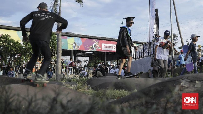 Sejumlah skateboarders juga menggunakan kostum unik. (CNN Indonesia/ Hesti Rika).