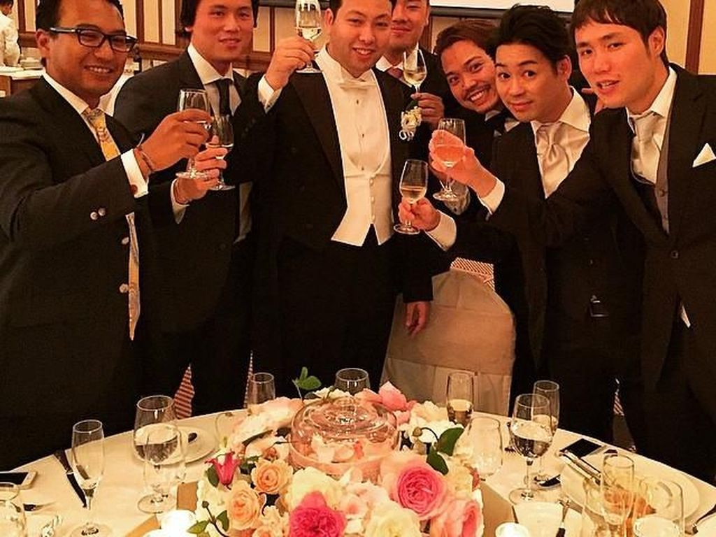 Bersulang dengan segelas champagne, ini pose Reino di Tokyo Imperial Hotel. Reino rupanya masih berdarah Jepang dari kedua orang tuanya. Foto: Instagram reinobarack
