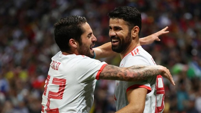 Diego Costa menjadi pemain Spanyol pertama yang mencetak gol di dua pertandingan pembuka Piala Dunia. Diego Costa saat merayakan golnya dengan Isco. (REUTERS/Sergio Perez)