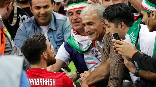 Striker Iran Alireza Jahanbakhsh berbicara dengan suporter setelah pertandingan. Jahanbakhsh masuk di babak kedua menggantikan Karim Ansarifard. (REUTERS/Toru Hanai)