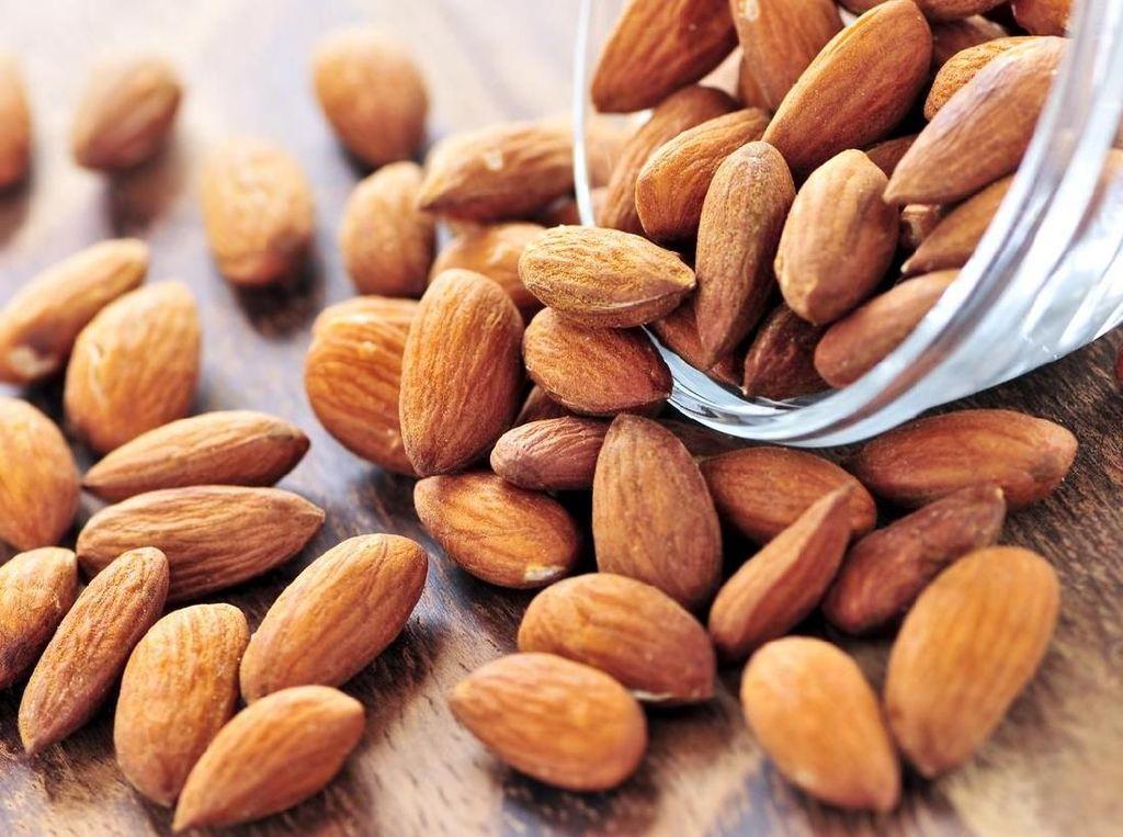 Kacang almond memiliki kandungan nutrisi yang membantu mengatur dan mengurangi kenaikan gula darah setelah makan. Sebuah studi membuktikan orang yang rutin makan almond memiliki kadar gula darah yang lebih stabil. Foto: Istock
