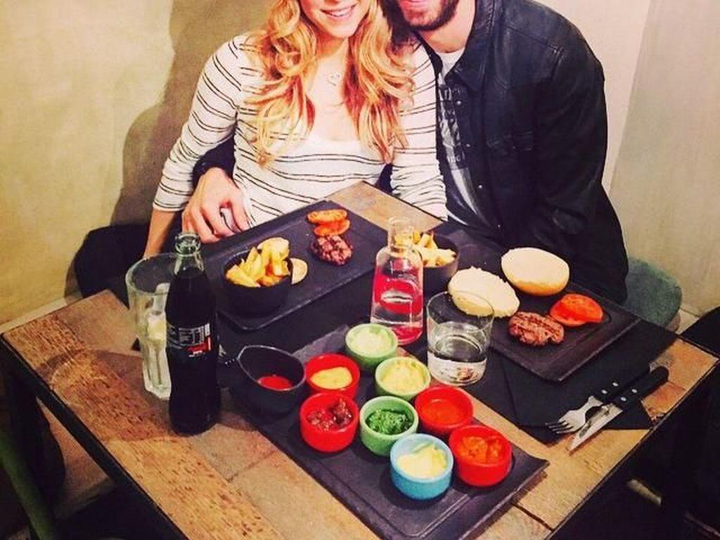 Mesranya, Pique dan Shakira saat sedang menikmati makanan enak. Dimejanya terlihat sajian daging dan beberapa aneka pelengkap. Foto: Instagram @3gerardpique