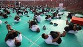Bahkan, sejumlah tentara yang akan menjalani pendidikan militer di Ahmedabad juga melakukan yoga.(REUTERS/Amit Dave)