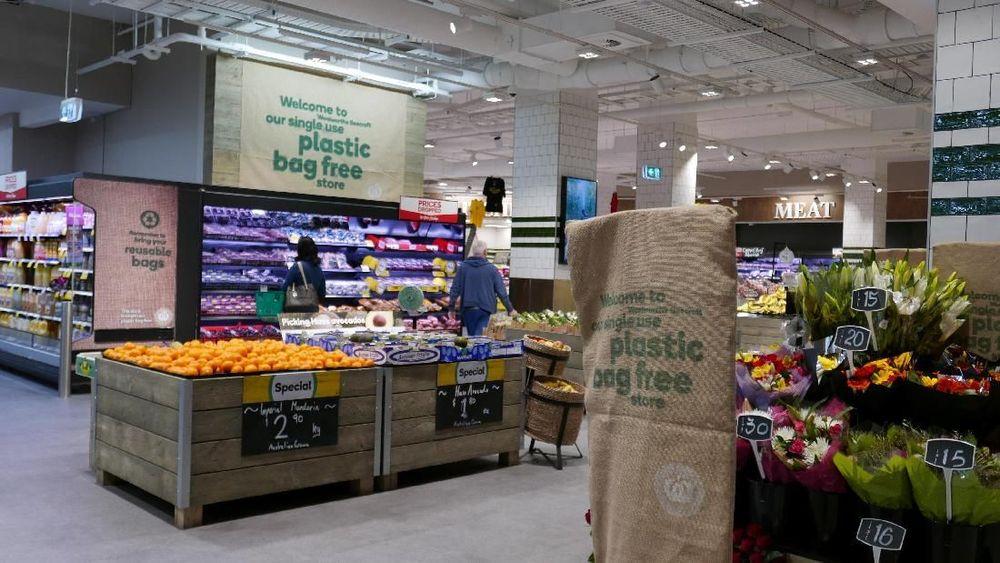 Pembeli berbelanja di supermarket Woolworths di Sydney, Australia. Supermarket ini mengkampanyekan agar para pembelinya wajibmembawatas belanja penggantikantong plastik untuk mengurangi sampah plastik.REUTERS/Jill Gralow