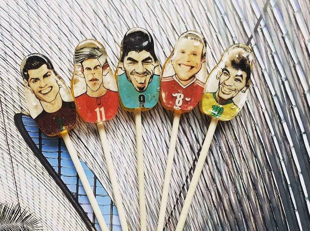 Pernah Lihat Souvenir Aneh Piala Dunia? Begini Lho Bentuknya