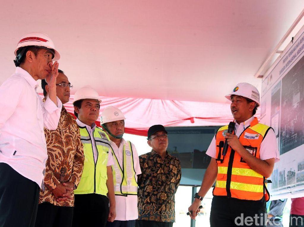 Jokowi mendapat penjelasan soal pembangunan landasan pacu dari Muhammad Awaluddin.