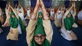 Perayaan Hari Yoga Internasional dirayakan oleh warga India dari berbagai kalangan, termasuk para gadis Muslim di kampung halaman yoga tersebut. (REUTERS/Amit Dave)