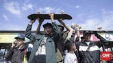 Walau panas terik menyegatskateboarders tetap bersemangat mengikuti Go Skateboarding Day. Tercatat tahun ini ada 3.000 skateboraders yang mengikuti acara Go Skateboarding Day di Jakarta. (CNN Indonesia/ Hesti Rika)