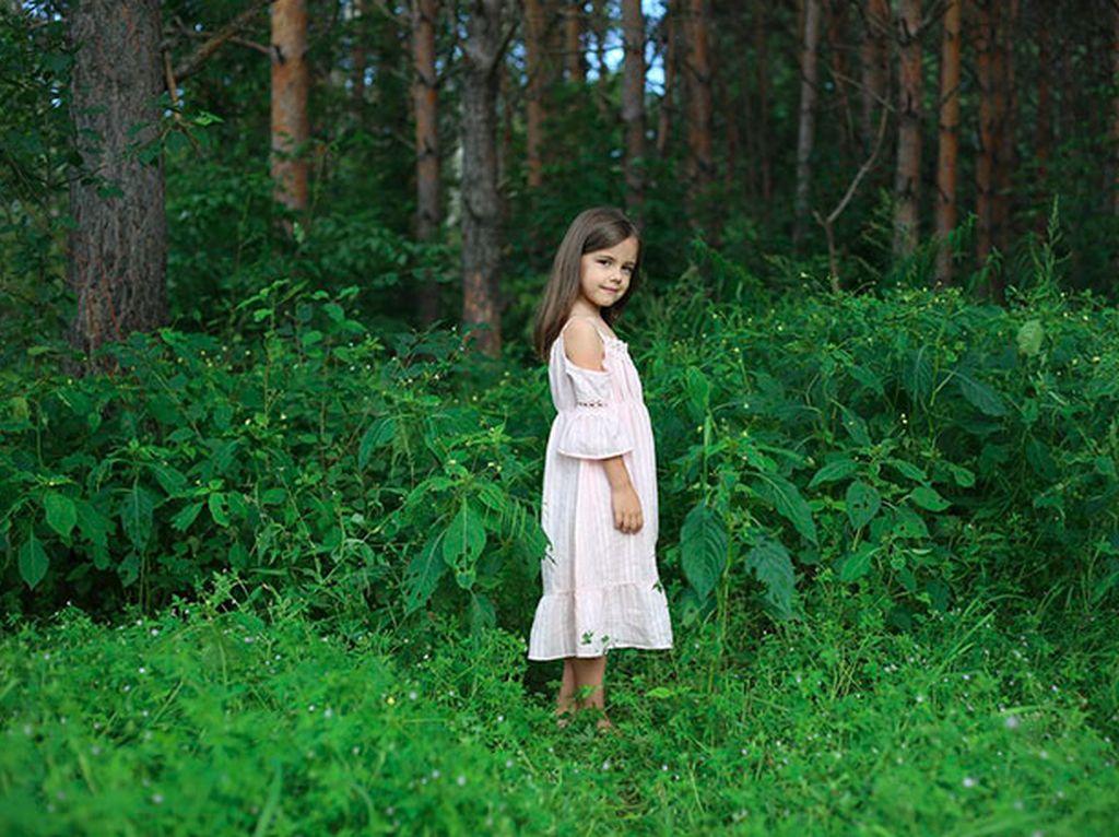 Seorang anak kecil berpose biasa dengan latar belakang biasa juga. Foto: Brightside